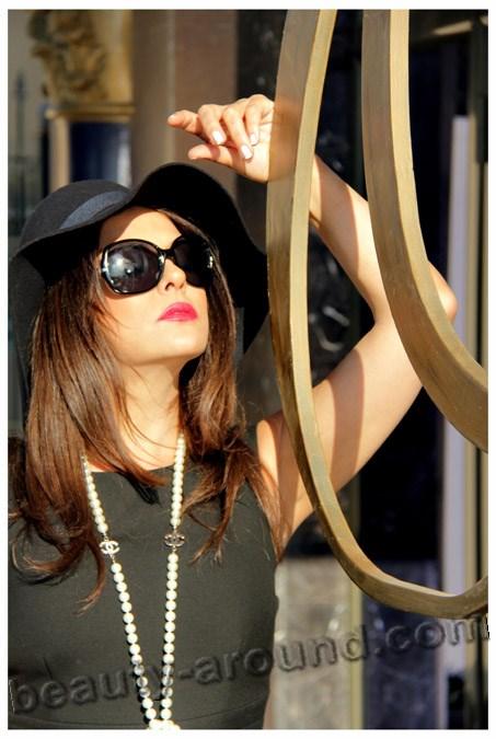Айдан Шенер в очках и шляпе фото