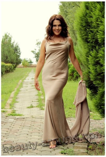 Айдан Шенер в вечернем платье фото