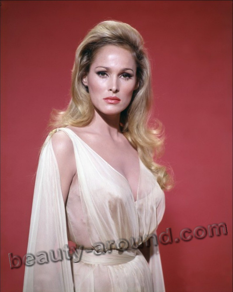 Урсула Андресс / Ursula Andress  в роли Ханни Райдер из фильма Джеймса Бонда Агента 007 Доктор Ноу - швейцарская киноактриса.