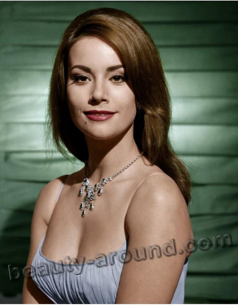 Клодин Оже / Claudine Auger в роли Домино Дерваль из фильма Шаровая молния о Джеймсе Бонде Агент 007 - французская актриса.