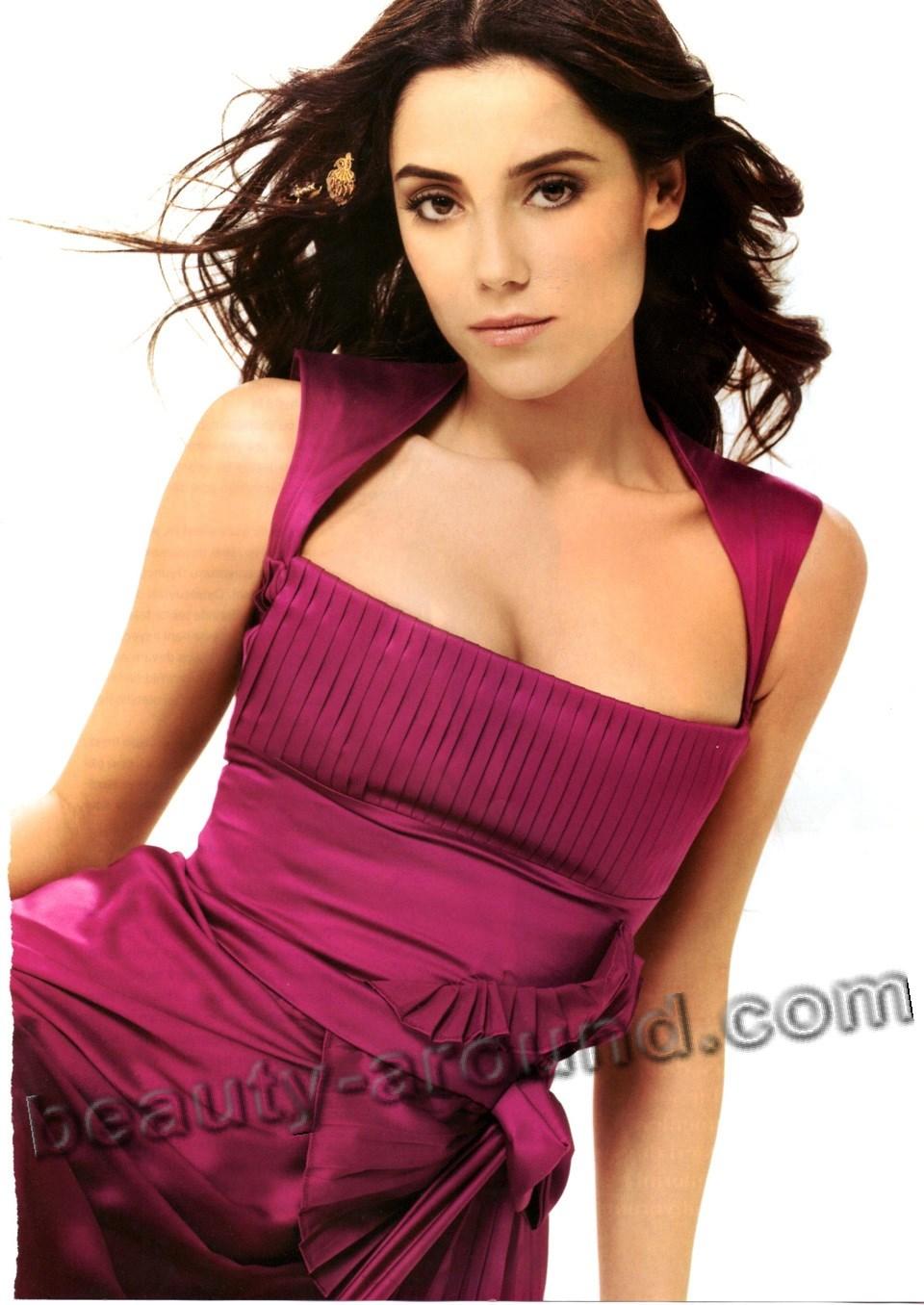 Джансу Дере в красивом платье фото
