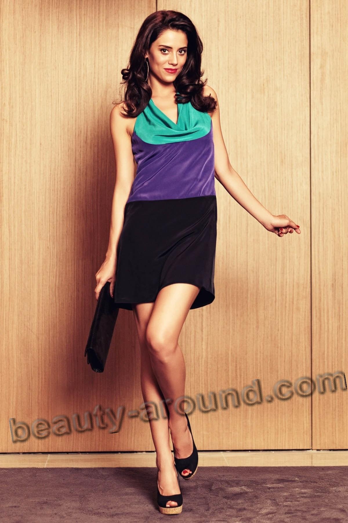 Джансу Дере в модном платье фото