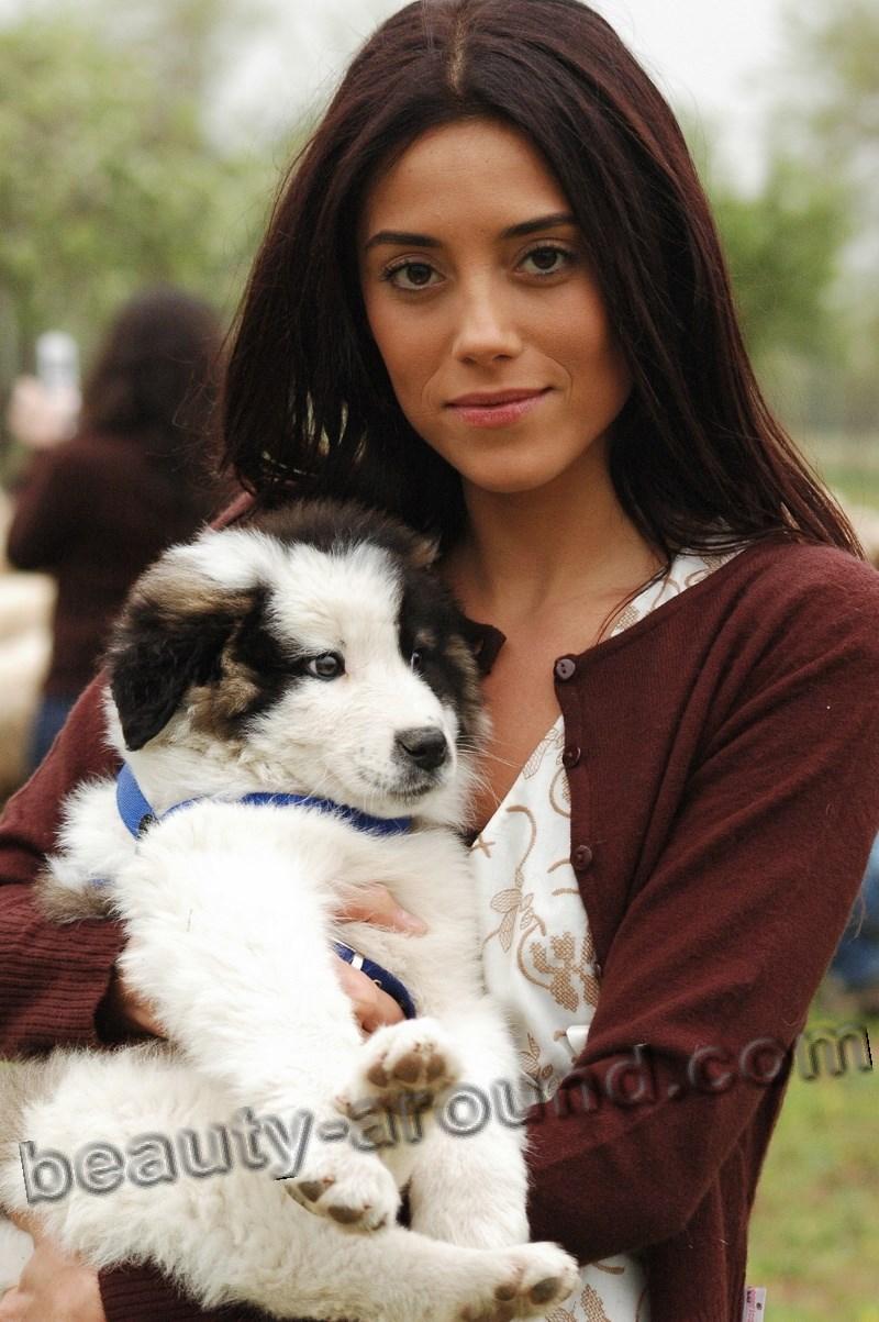 Cansu Dere со щенком фото