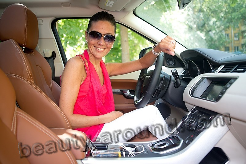 Анастасия Чернобровина в машине за рулём фото