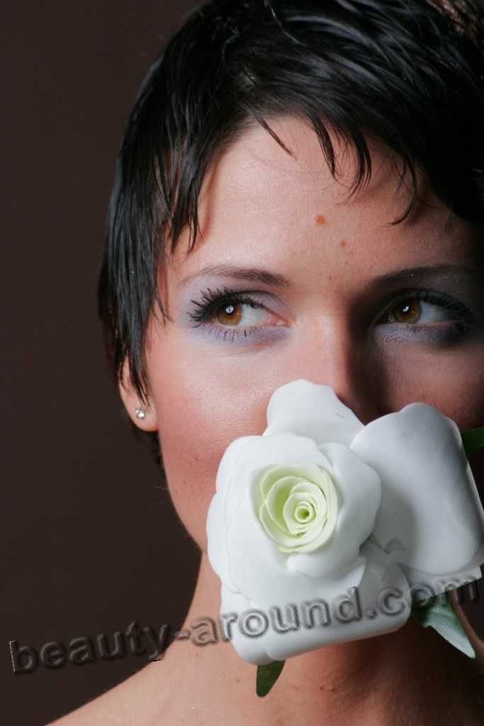 Анастасия Чернобровина с розой фото