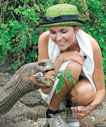Анастасия Чернобровина в шляпе и с черепахой фото