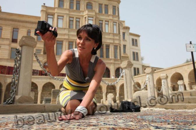 Анастасия Чернобровина снимается на камеру фото