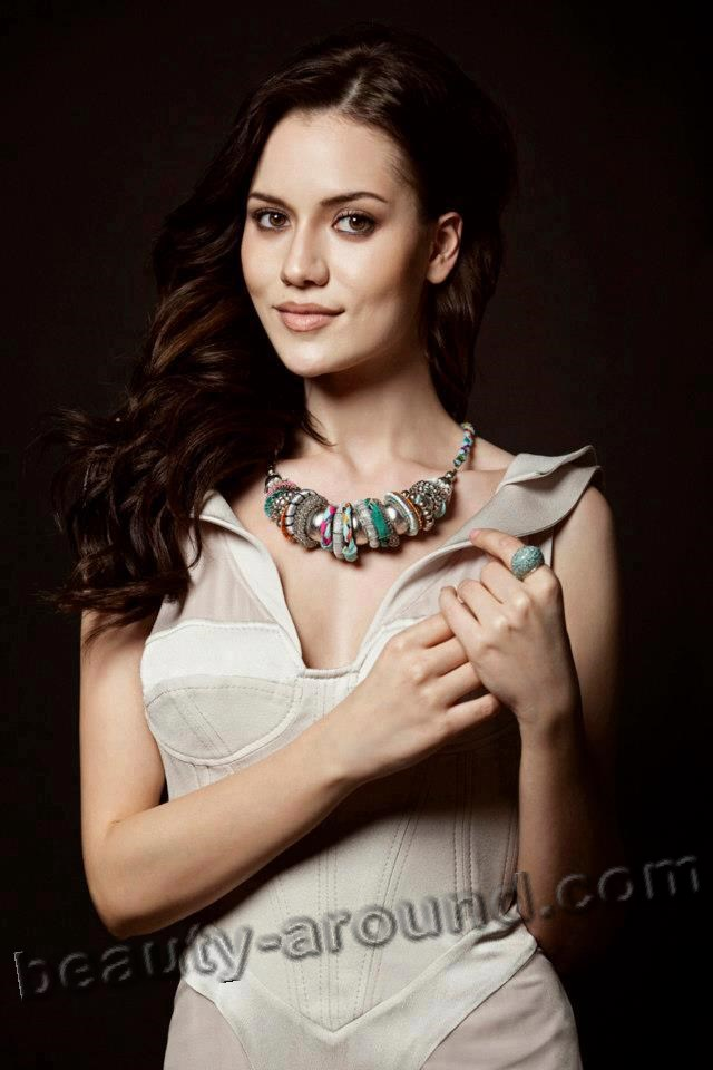 Beautiful actress Fahriye Evcen photo