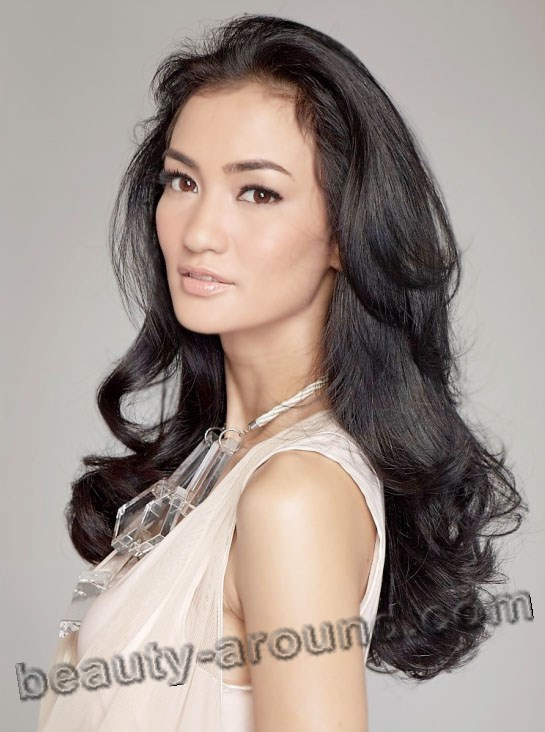 Atiqah Hasiholan photo, famous Indonesian actress, Indonesian women photos