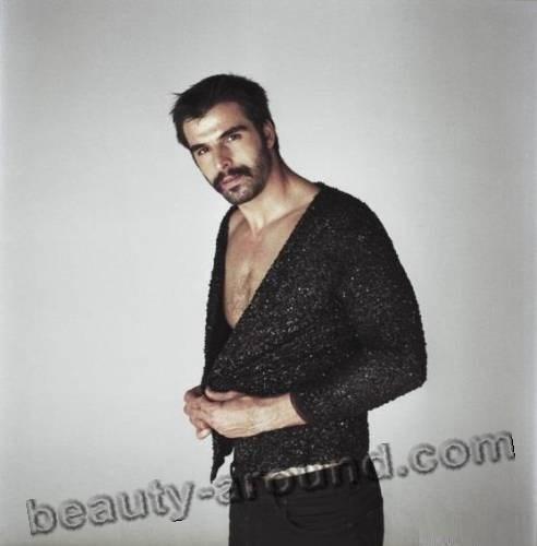 Мехмет Акиф Алакурт с оголённой грудью фото
