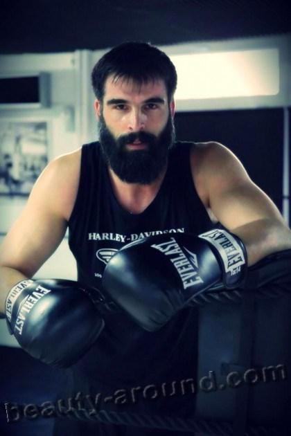 Мехмет Акиф Алакурт в боксёрских перчатках фото