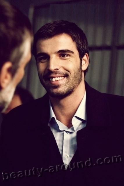 Мехмет Акиф Алакурт улыбается фото