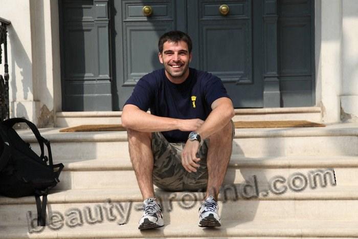Мехмет Акиф Алакурт в домашней обстановке фото