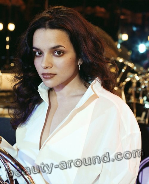 Norah Jones beautiful American pianist photo
