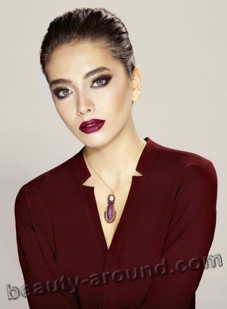 Neslihan Atagyul with red lipstick photo