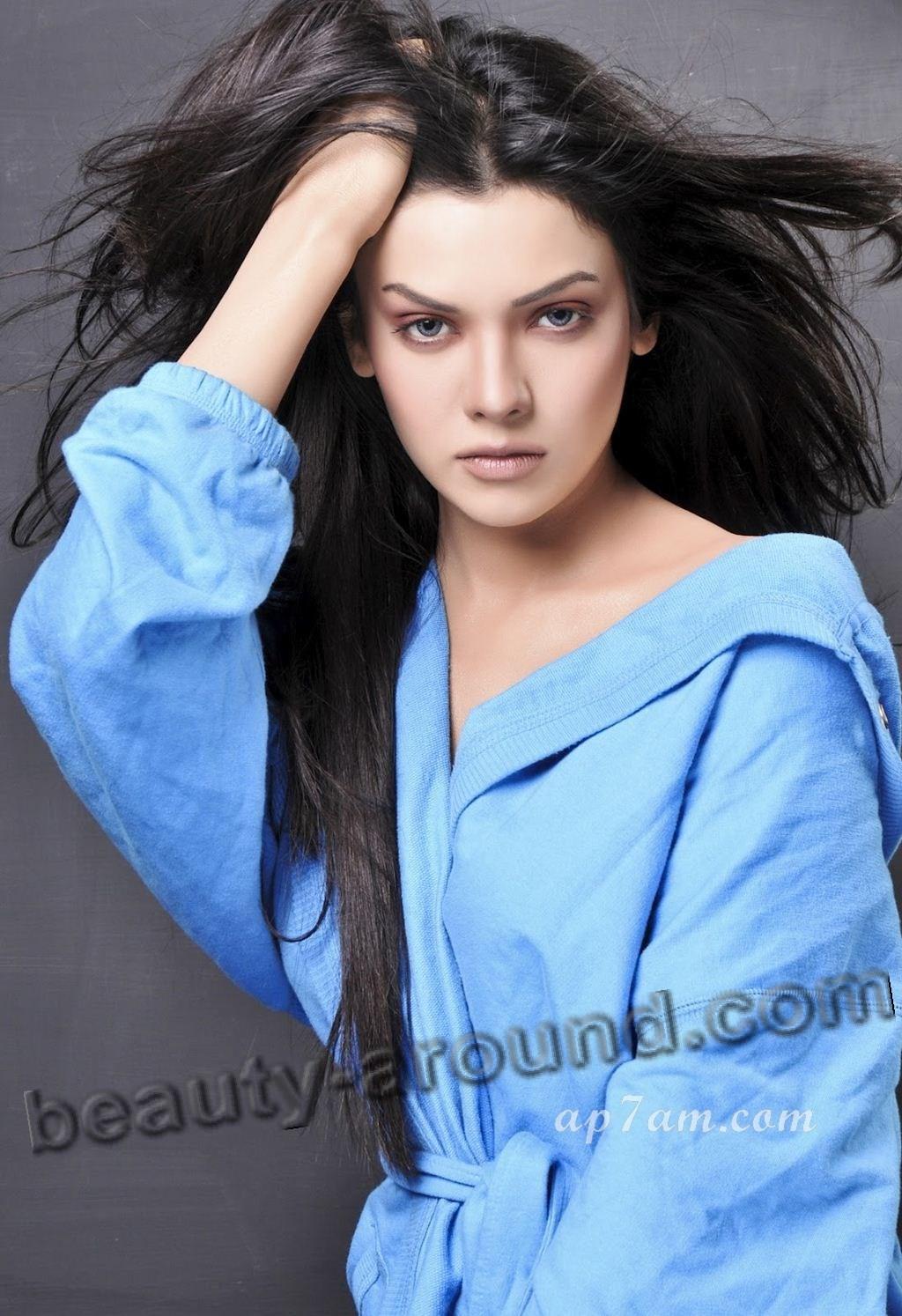 Top 20 Beautiful Pakistani Women Photo Gallery